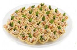 Тарталетка с салатом Оливье и зеленью